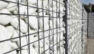 Ogrodzenie gabionowe wypełnione białymi kamieniami