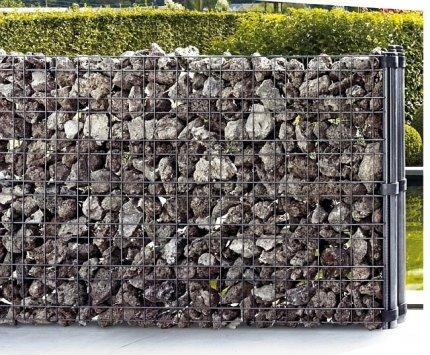 Ogrodzenie gabionowe wypełnione kamieniami bazaltowymi