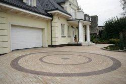 Dom stylizowany na dworek o zróżnicowanej bryle. Trapezowate kostki Piccola Libet Decco
