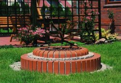 Cegły dobrze komponują się z zielenią ogrodu
